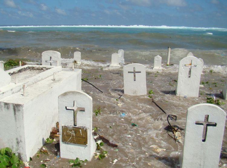 En diciembre del 2008, una marejada inundó un cementerio en Majuro, la capital de las Islas Marshall y donde vive casi la mitad de la población del país.