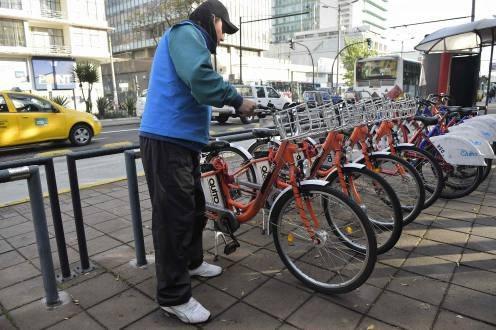 Las bicicletas eléctricas se diferencian de las convencionales por su color anaranjado, entre otros detalles.