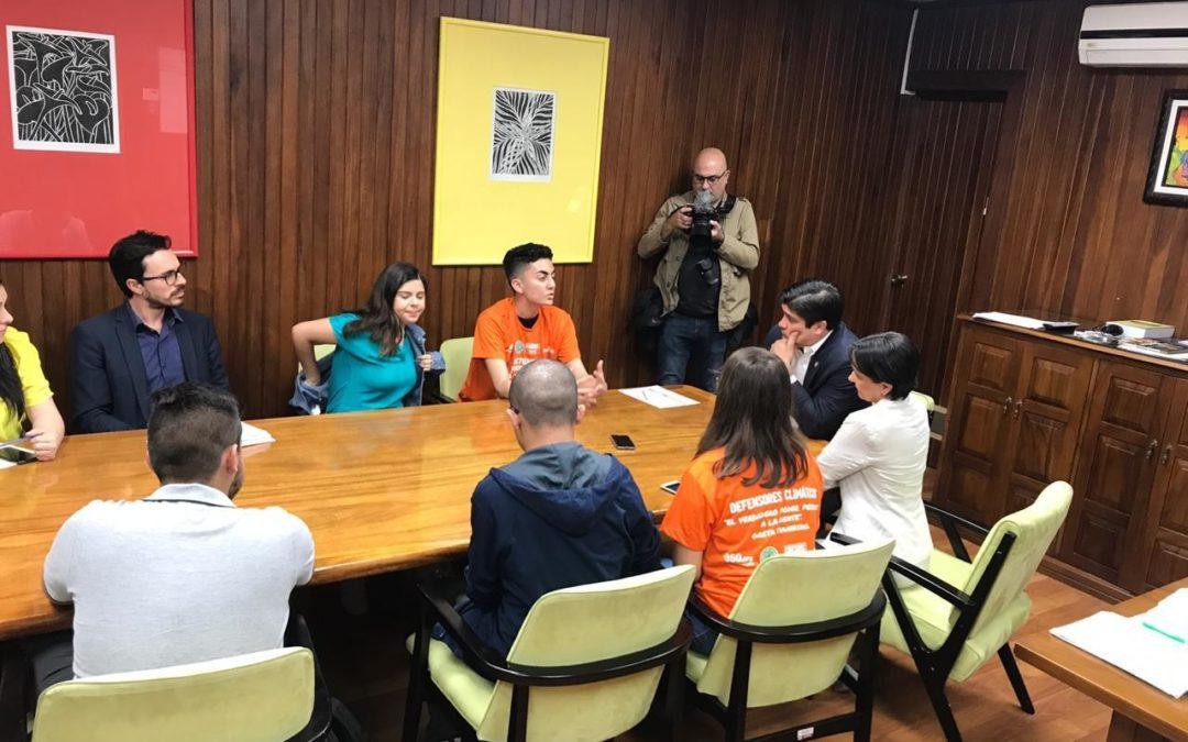 Jóvenes se sumaron a movimiento mundial y exigieron acciones para combatir la crisis climática frente a Casa Presidencial