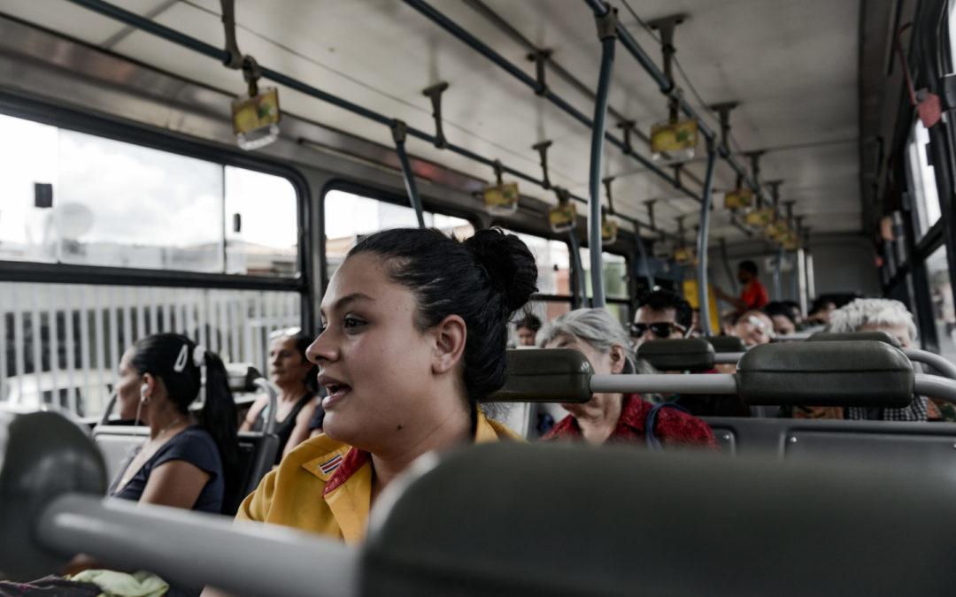 Mujer, no te bajés del bus